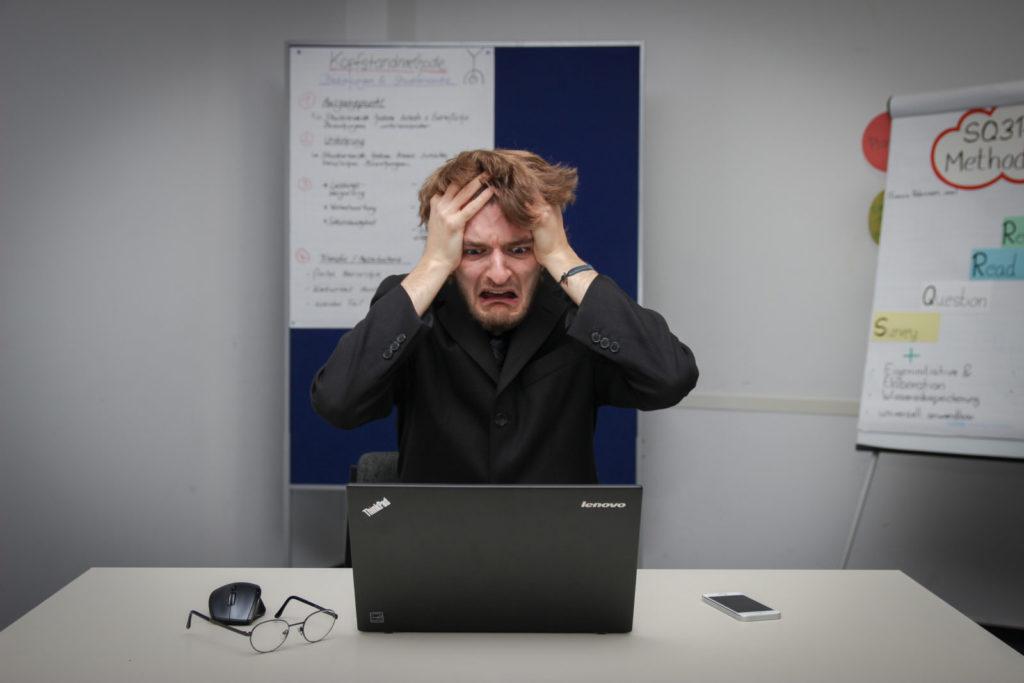 パソコンの動きに悩む男性